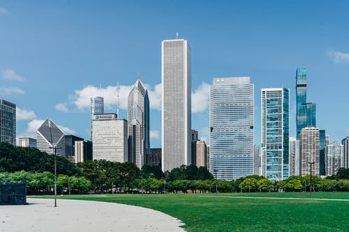 Distrik Kota Modern Dengan Gedung Pencakar Langit Di Dekat Halaman Hijau
