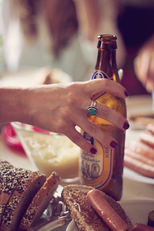 Gratis arkivbilde med alkohol, brød, fest, hånd