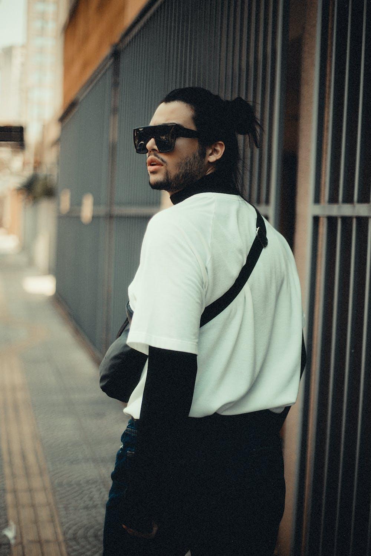 Man walking along the sidewalk. | Photo: Pexels
