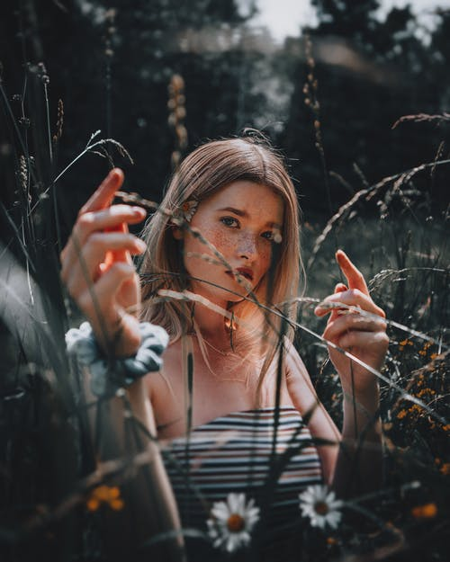 Безкоштовне стокове фото на тему «атмосферний, блондинка, веснянки»