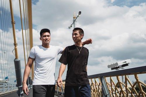 Asiatische Freunde, Die Auf Sommerbrücke Im Sommer Interagieren