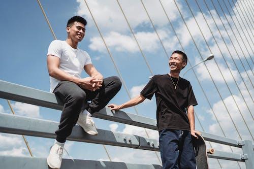 Fröhliche Asiatische Freunde, Die Auf Hängebrücke Interagieren