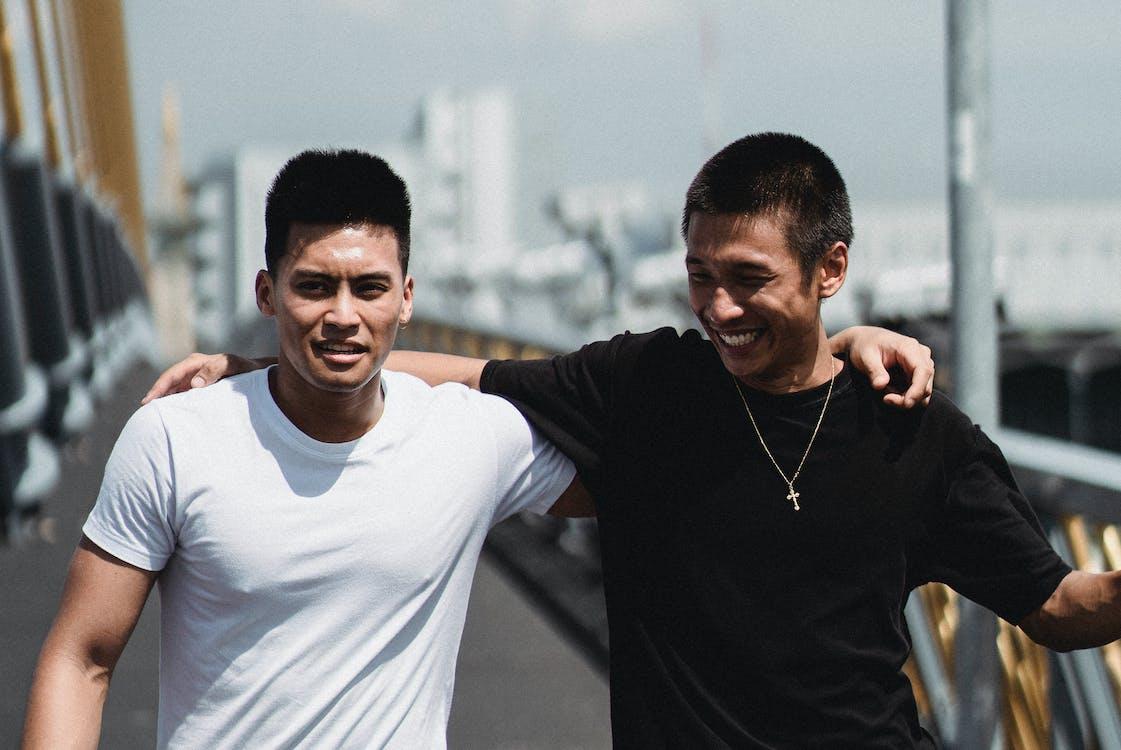 Positive Asiatische Partner Sprechen Im Sommer Auf Der Brücke