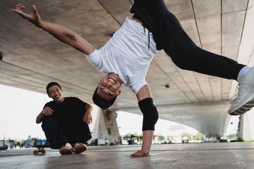 スケートボードを楽しんでいる2人の若い男性