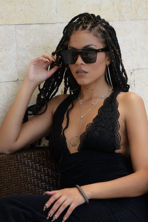 Darmowe zdjęcie z galerii z artysta, bielizna damska, biżuteria, brunetka