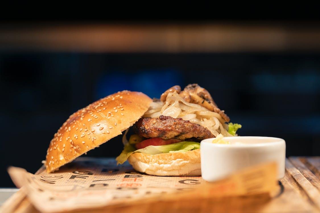 Ingyenes stockfotó asztal, burger, csendélet témában