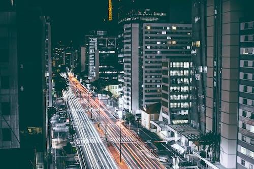 arabalar, araçlar, bina cephesi, gece içeren Ücretsiz stok fotoğraf