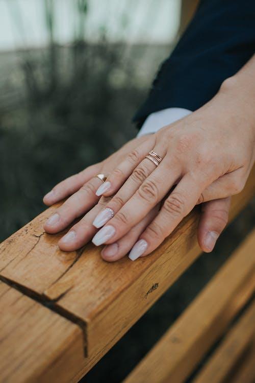 Couple Juste Marié Dans Les Alliances