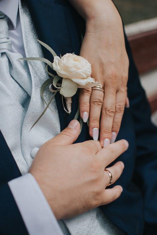 Jungvermählten, Die Eheringe An Ringfingern Zeigen