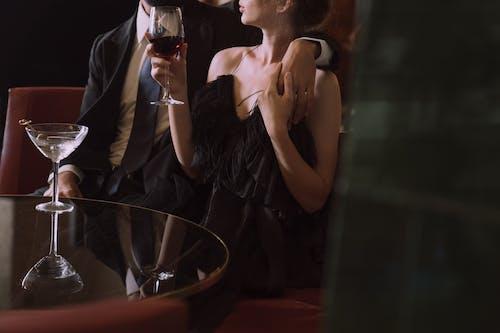 Foto profissional grátis de abraço, afeição, bebida alcoólica