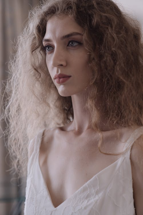 Foto d'estoc gratuïta de atractiu, bonic, cabells arrissats