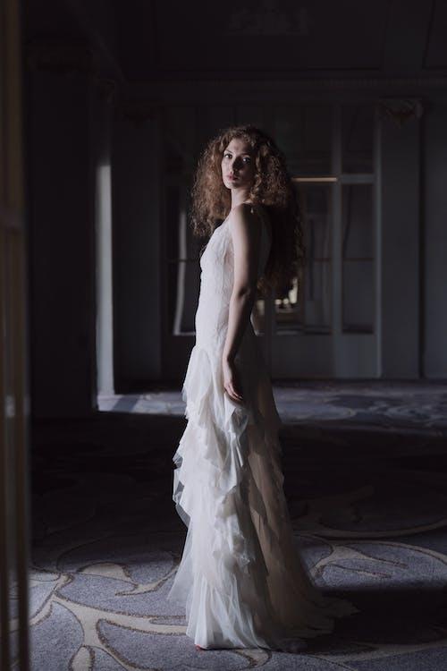 คลังภาพถ่ายฟรี ของ การยืน, ชุดเดรสสีขาว, ชุดแต่งงาน