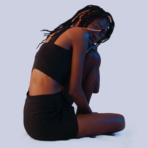 黑色胸罩和裙子的女人