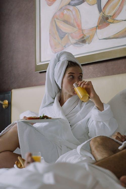 低角度拍攝, 喝, 在床上吃早餐 的 免費圖庫相片