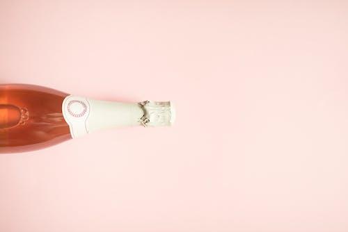 白色和紅色管瓶