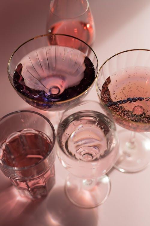 清除帶紅色液體的水杯