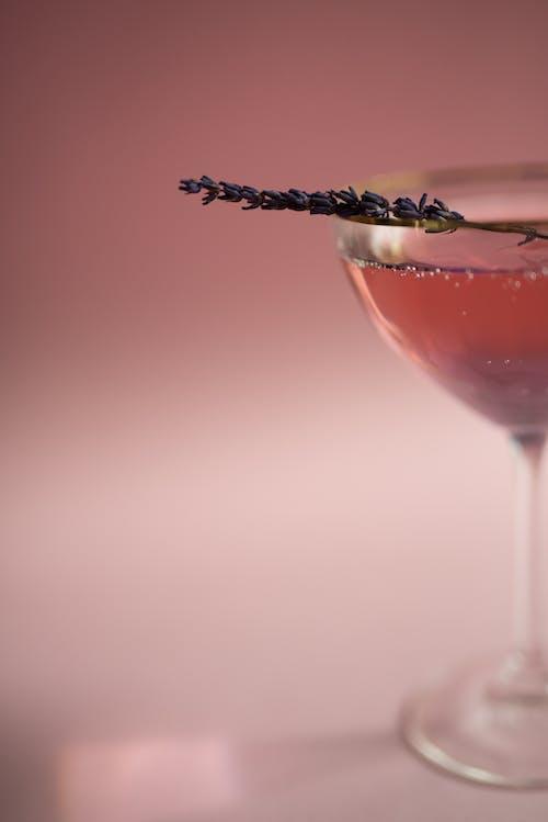 透明酒杯與紅色液體