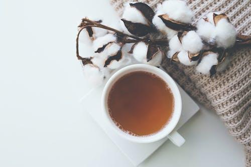 ahşap, bir bardak çay, Çay, çekici içeren Ücretsiz stok fotoğraf
