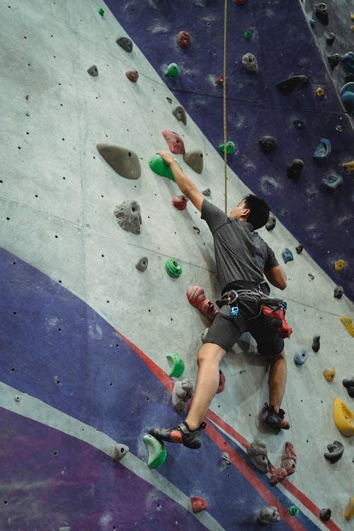 Entrenamiento De Escalador Muscular En Gimnasio Moderno