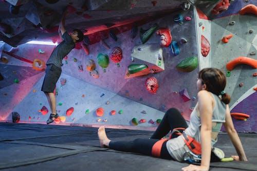 Asyalı Adam Kız Arkadaşı Ile Spor Salonu Tırmanma