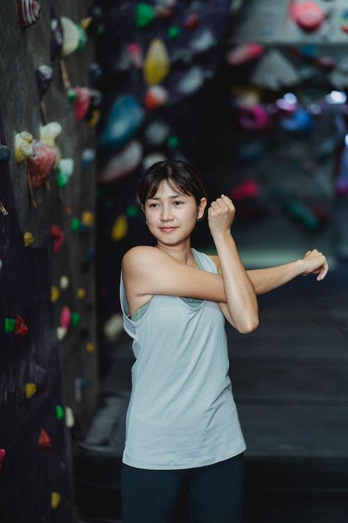 Mujer Asiática Estirando Los Brazos Antes De La Formación De Escalada En El Gimnasio De Búlder