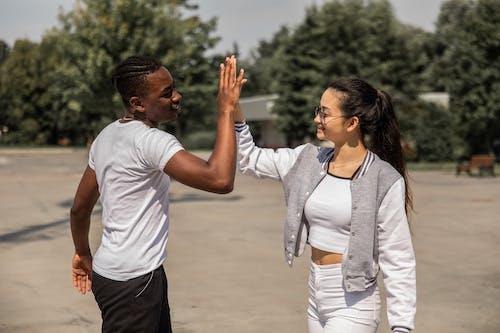 Joyeux Jeunes Amis Multiethniques Donnant Cinq Dans Le Parc