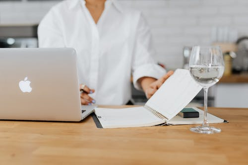 Gratis arkivbilde med bærbar datamaskin, bord, holde