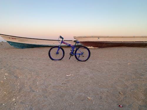 bicicleta blau praia e barcos, 프라야 킷 드파 밀바 후쟈 이라 우아 içeren Ücretsiz stok fotoğraf
