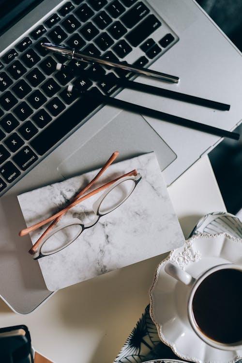Základová fotografie zdarma na téma blok, brýle, croissant, data