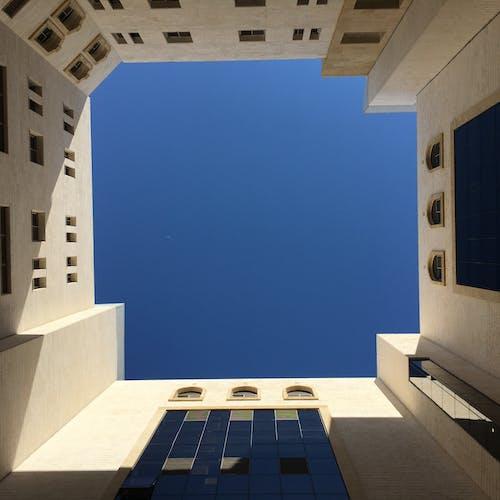 arka bina, güzel gökyüzü, Mavi gökyüzü, mimari içeren Ücretsiz stok fotoğraf