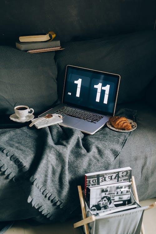 Fotos de stock gratuitas de adentro, asiento, café, calendario