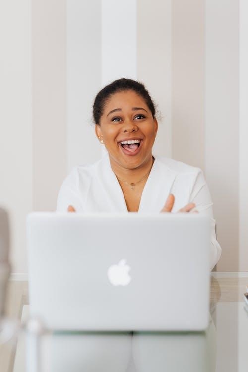 Ilmainen kuvapankkikuva tunnisteilla afroamerikkalainen, hymyily, johdoton