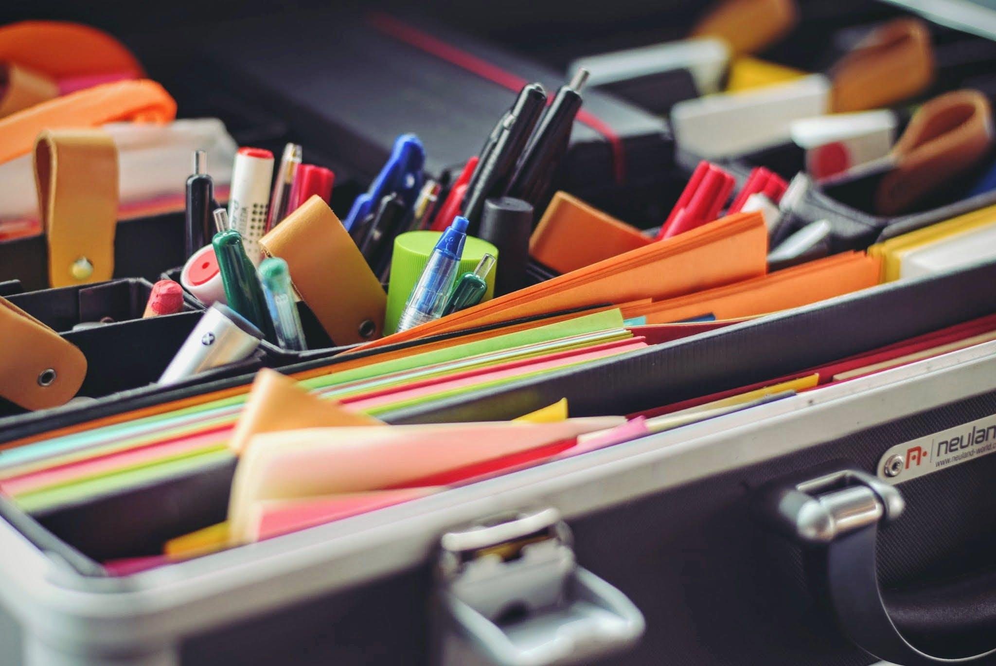 Kostenloses Stock Foto zu bleistift, büro, koffer, kreativ