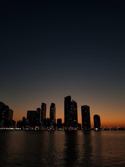 akşam karanlığı, binalar, dikey içeren Ücretsiz stok fotoğraf