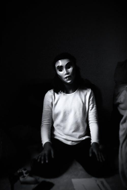 Fotos de stock gratuitas de anónimo, blanco y negro, camisa de manga larga
