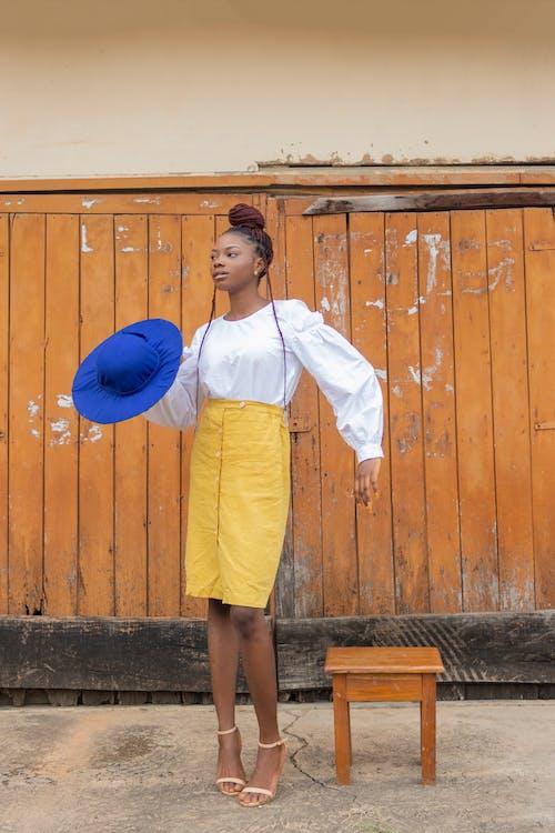 Gratis stockfoto met afro, afro kapsel, Afro-Amerikaanse vrouw, andere kant op kijken