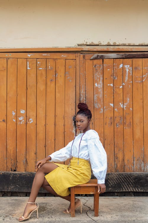 Gratis stockfoto met Afro-Amerikaanse vrouw, bedachtzaam, bijpassen, blauwig