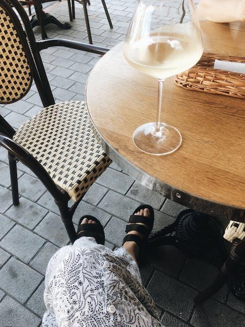 Darmowe zdjęcie z galerii z białe wino, drewniany stół, drink
