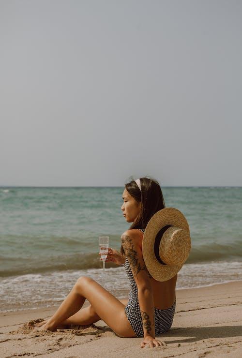 Foto d'estoc gratuïta de aigua, bikini, capvespre, dona