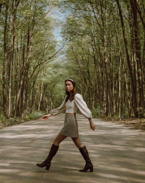Foto d'estoc gratuïta de a l'aire lliure, arbre, caminar, carretera