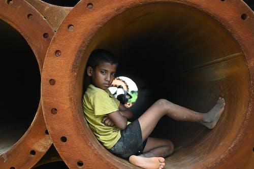 Foto profissional grátis de criança, criança de rua, descalço