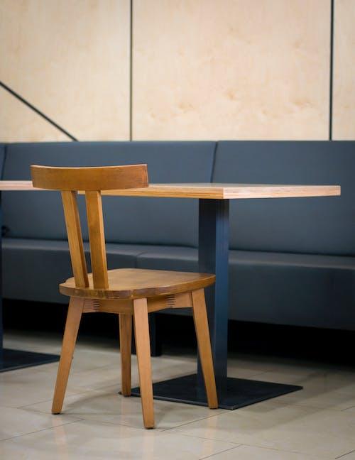 ahşap iskemle, ahşap koltuk, ahşap masa içeren Ücretsiz stok fotoğraf