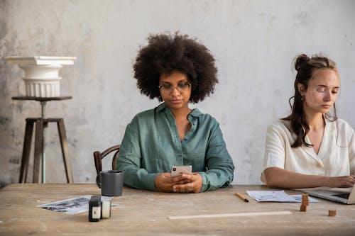 iPhone, 坐, 多樣化 的 免費圖庫相片