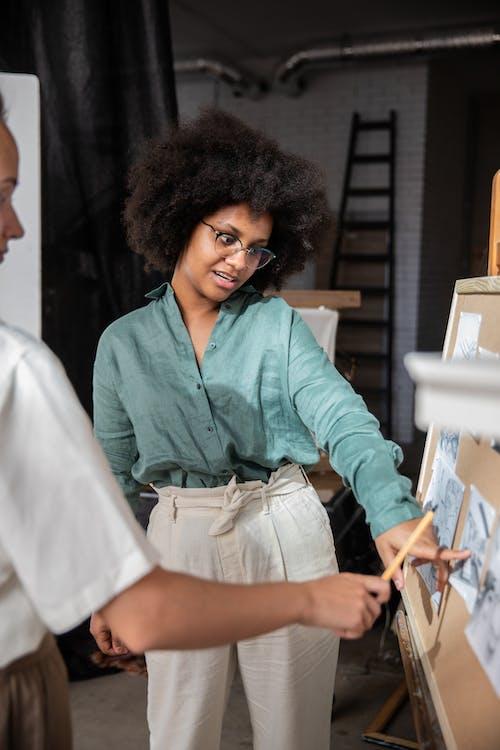 Foto profissional grátis de afro-americano, apontando, cabelo afro