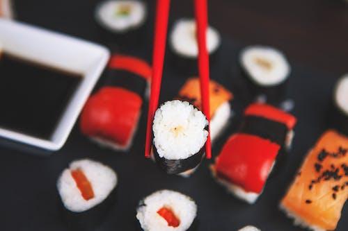 Gratis stockfoto met avondeten, bord, chopsticks, close-up
