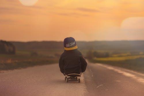 Бесплатное стоковое фото с дорога, закат, мальчик, рассвет