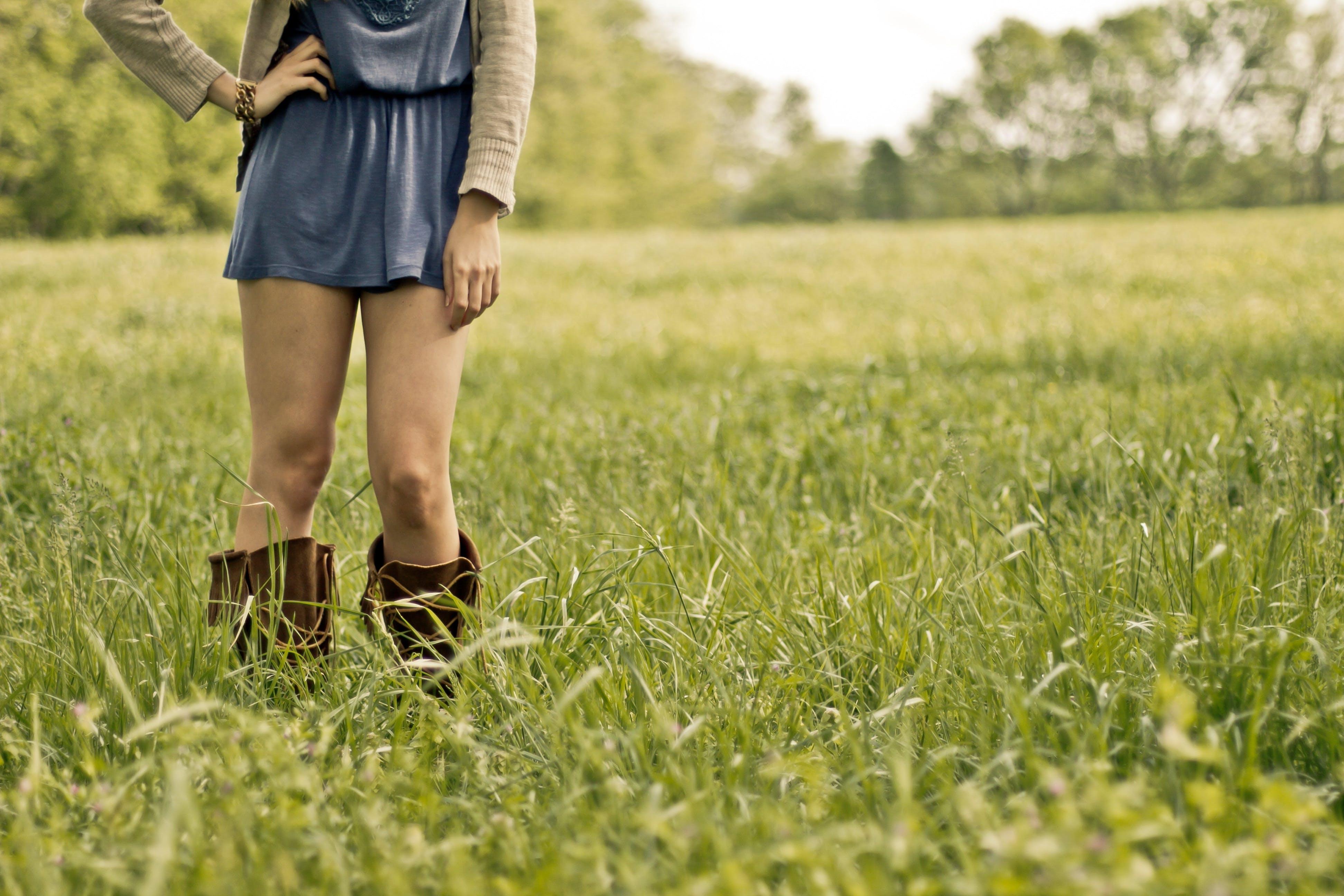 Gratis stockfoto met benen, gras, iemand, laarzen