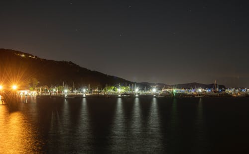 Immagine gratuita di acqua, barche, fotografia notturna, lungomare