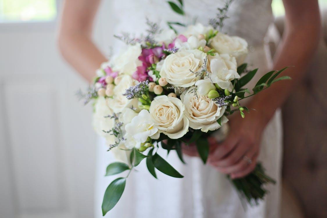 Bräute, Die Weißen Blumenstrauß Halten