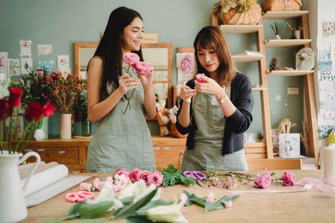 Diverse Vrouwelijke Collega's Die Rozen Voorbereiden Op Florale Decoratie